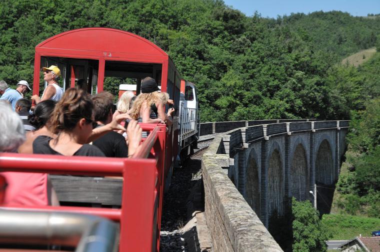 Le train rouge franchit un viaduc -  crédit Guy Banyuls - Agly Tourisme
