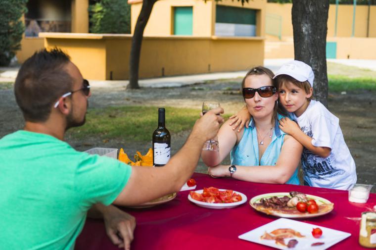 Pique-nique en famille - crédit Lionel Moogin - Agly Tourisme